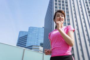 都会でランニングする女性の写真素材 [FYI04705611]