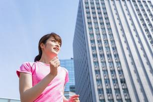 都会でランニングする女性の写真素材 [FYI04705616]