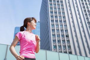 都会でランニングする女性の写真素材 [FYI04705618]