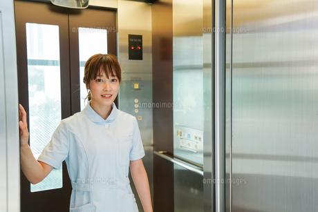 エレベーターに乗る看護師の写真素材 [FYI04705647]