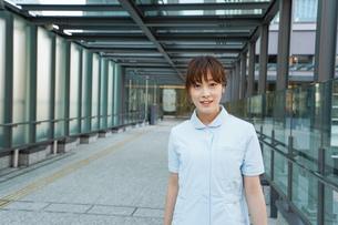 病棟を歩く看護師の写真素材 [FYI04705648]