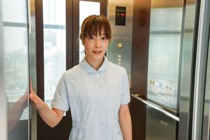エレベーターに乗る看護師の写真素材 [FYI04705650]