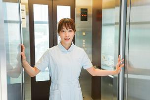 エレベーターに乗る看護師の写真素材 [FYI04705652]