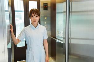 エレベーターに乗る看護師の写真素材 [FYI04705654]