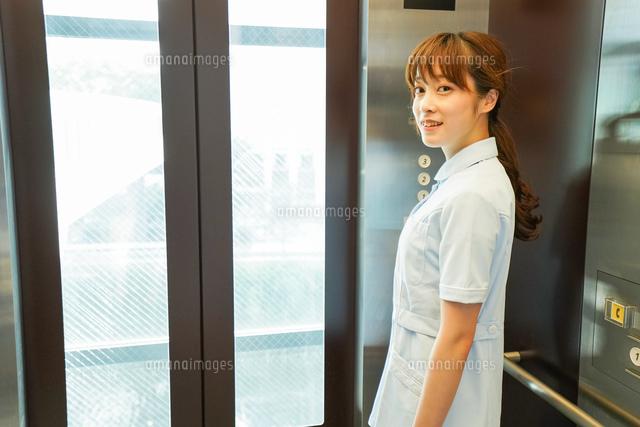 エレベーターに乗る看護師の写真素材 [FYI04705655]