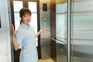 エレベーターに乗る看護師の写真素材 [FYI04705656]