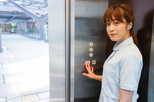 エレベーターに乗る看護師の写真素材 [FYI04705659]