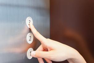 エレベーターに乗る看護師の写真素材 [FYI04705660]