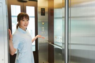 エレベーターに乗る看護師の写真素材 [FYI04705662]
