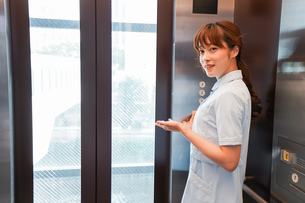 エレベーターに乗る看護師の写真素材 [FYI04705665]