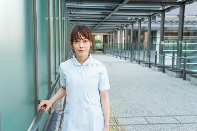 病棟を歩く看護師の写真素材 [FYI04705671]