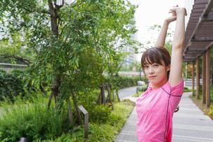 野外でトレーニングする女性の写真素材 [FYI04705679]