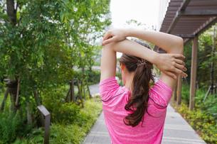 野外でトレーニングする女性の写真素材 [FYI04705691]