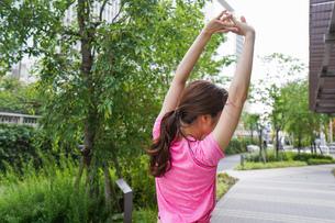 野外でトレーニングする女性の写真素材 [FYI04705696]