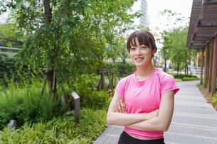 野外でトレーニングする女性の写真素材 [FYI04705701]