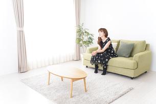 自宅でテレビを見る女性の写真素材 [FYI04705731]