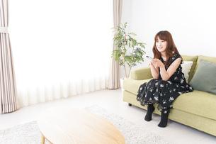 自宅でテレビを見る女性の写真素材 [FYI04705735]