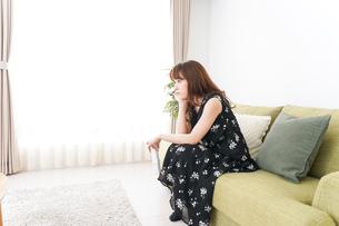 自宅でテレビを見る女性の写真素材 [FYI04705738]