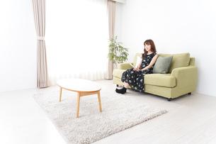 自宅でテレビを見る女性の写真素材 [FYI04705741]