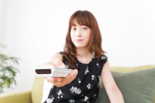 自宅でテレビを見る女性の写真素材 [FYI04705743]