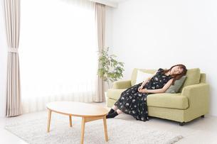自宅でくつろぐ女性の写真素材 [FYI04705756]