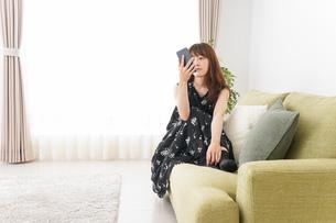 自宅でくつろぐ女性の写真素材 [FYI04705758]