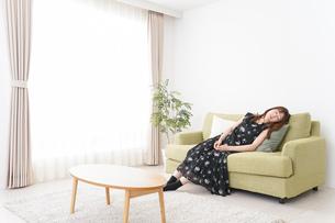 自宅でくつろぐ女性の写真素材 [FYI04705759]