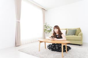 自宅でくつろぐ女性の写真素材 [FYI04705764]