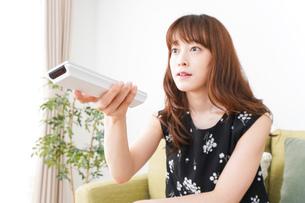 自宅でテレビを見る女性の写真素材 [FYI04705765]