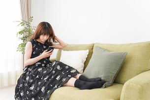 自宅でくつろぐ女性の写真素材 [FYI04705768]