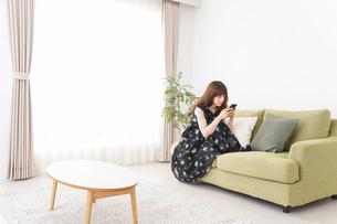 自宅でくつろぐ女性の写真素材 [FYI04705769]