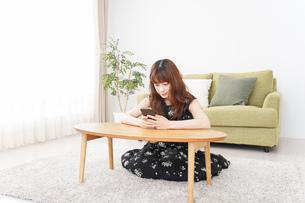 自宅でくつろぐ女性の写真素材 [FYI04705771]