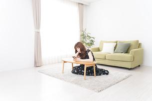 自宅でくつろぐ女性の写真素材 [FYI04705772]