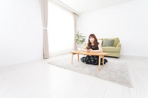 自宅でくつろぐ女性の写真素材 [FYI04705773]