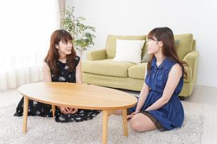 家で女子会する若い女性の写真素材 [FYI04705795]