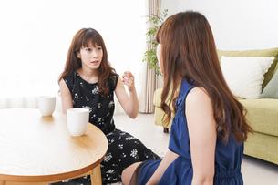 家で女子会する若い女性の写真素材 [FYI04705797]