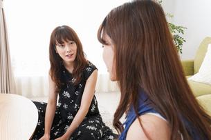 家で女子会する若い女性の写真素材 [FYI04705799]