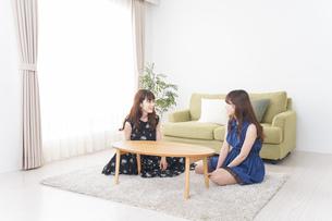 家で女子会する若い女性の写真素材 [FYI04705802]