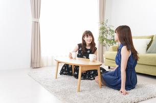 家で女子会する若い女性の写真素材 [FYI04705803]