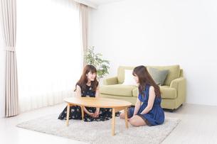 女子会をする若い2人の写真素材 [FYI04705806]