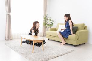 家で女子会する若い女性の写真素材 [FYI04705811]