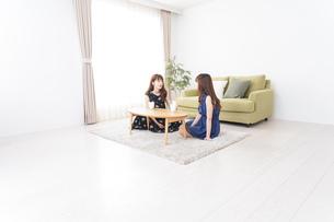 女子会をする若い2人の写真素材 [FYI04705814]