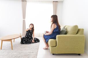 女子会をする若い2人の写真素材 [FYI04705822]