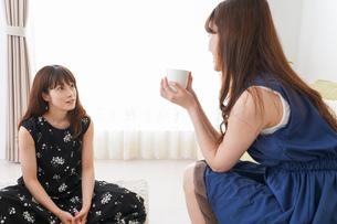 家で女子会する若い女性の写真素材 [FYI04705824]