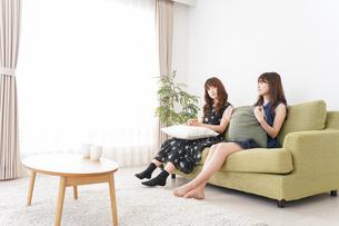 家で女子会する若い女性の写真素材 [FYI04705836]