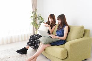 自宅でパソコンを使う女性の写真素材 [FYI04705842]