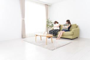 家で女子会する若い女性の写真素材 [FYI04705843]