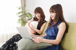 自宅でパソコンを使う女性の写真素材 [FYI04705847]