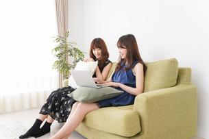 自宅でパソコンを使う女性の写真素材 [FYI04705848]