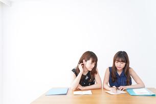 勉強する2人の女性の写真素材 [FYI04705879]